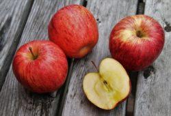 ما هي الفيتامينات الموجودة في التفاح؟