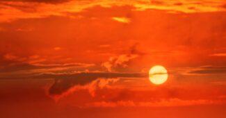 كم تستغرق الشمس للدوران حول نفسها