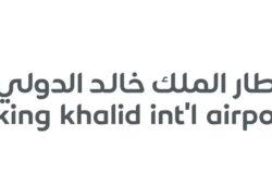 كم يبعد مطار الملك خالد عن العليا؟