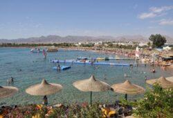 كم يبعد مطار شرم الشيخ عن خليج نعمة؟
