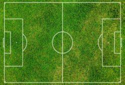 كم يبلغ طول ملعب كرة القدم؟