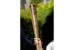 من الرياضي الشهير الذي اضاء شعلة الالعاب الاولمبية عام 1996 ؟